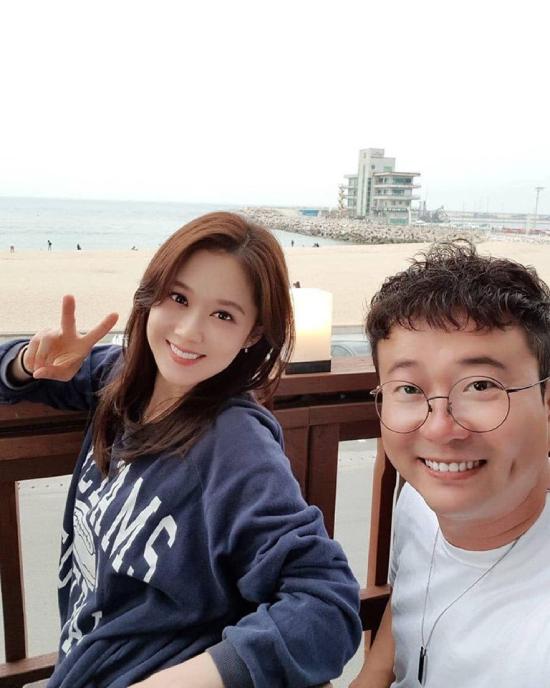 Jang Nara chụp ảnh cùng người quản lý.