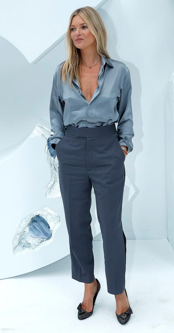 Kate Moss, 45 tuổi, đã từ giã sự nghiệp người mẫu vài năm nay. Cô không còn sở hữu vóc dáng đẹp và nhan sắc như xưa nhưng thần thái vẫn rất quyến rũ.