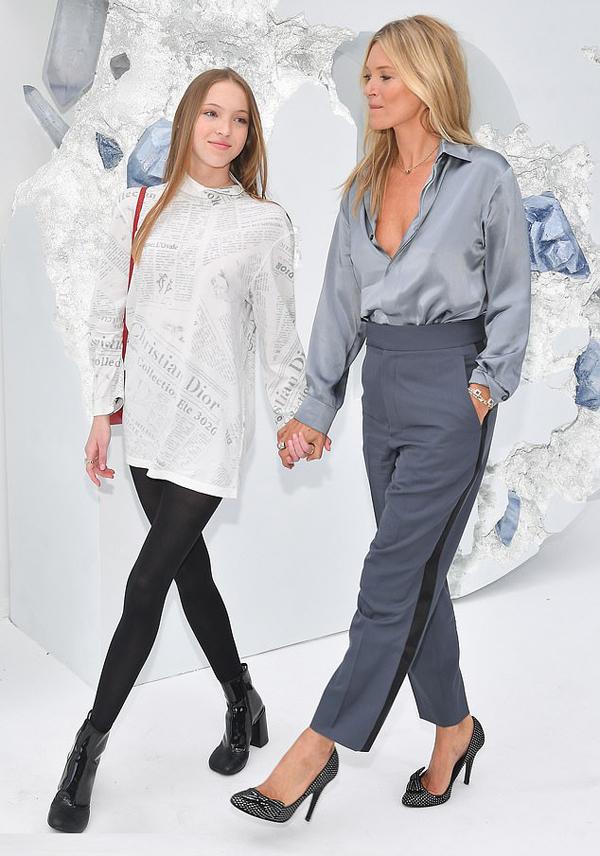 Kate Moss tự hào đưa theo cô con gái xinh đẹp Lila Grace đến dự show diễn tại Tuần lễ thời trang nam giới Paris.
