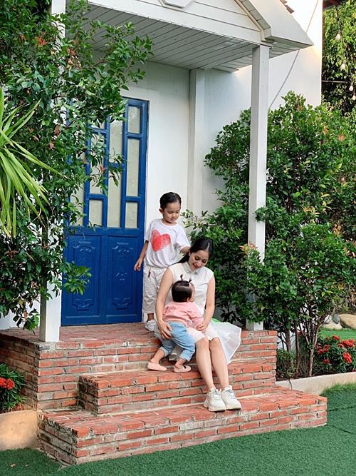 Tạo dáng gì mà ba mẹ con mỗi người một kiểu, mỗi người một việc luôn nè, Khánh Thi chia sẻ về bức ảnh bên hai con.