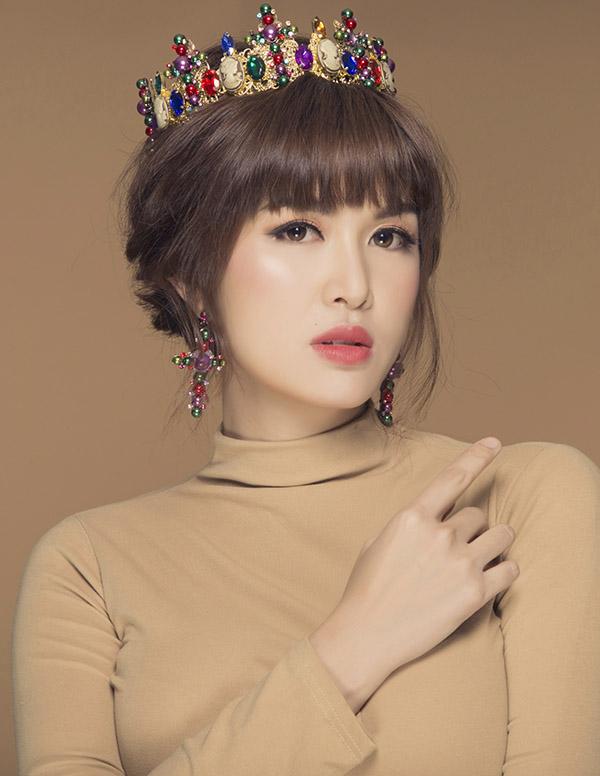 [CaptionChia sẻ về công việc sắp tới, Oanh Yến chia sẻ sau 4 năm đăng quang Hoa hậu Toàn cầu 2015, cô quyết định viết thêm cho câu chuyện sắc đẹp của mình 1 lần nữa ở cuộc thi Queen of Beauty World thường niên 2019 được diễn ra tại thành phố Bucheon (Hàn Quốc) ở tháng 7 này.