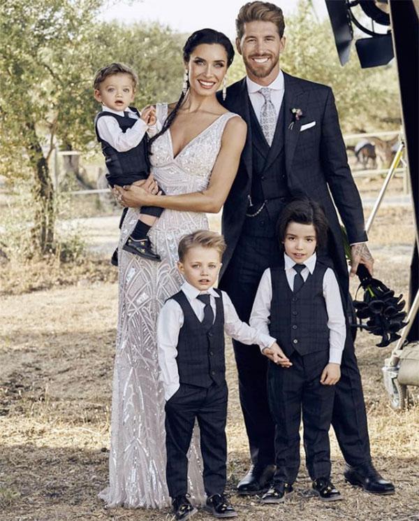 Vợ chồng Ramos bên ba cậu con trai trong ngày cưới.
