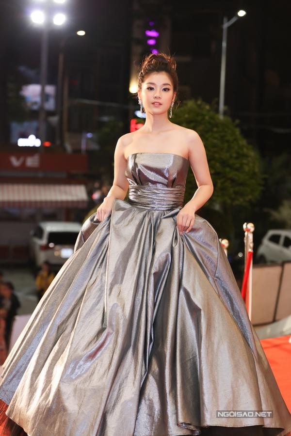Diễn viên - ca sĩ Hoàng Yến Chibi diện váy cồng kềnh trên thảm đỏ.