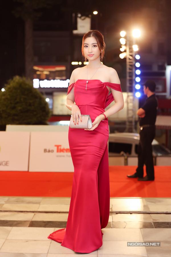 Hoa hậu Việt Nam 2016 Đỗ Mỹ Linh trung thành phong cách gợi cảm với thiết kế của Lê Thanh Hòa.