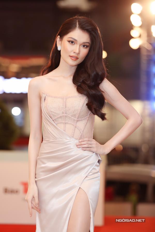 Á hậu Việt Nam 2016 Thùy Dung lấp ló ngực đầy với chiếc váy cắt xẻ do Đỗ Long thực hiện.