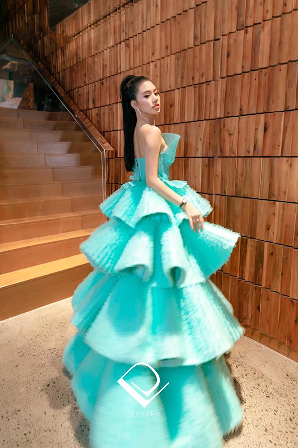 Bộ cánh xếp tầng của Đỗ Long cũng góp phần giúp Jolie Nguyễn không bị lép vế trước các người đẹp đầu tư váy áo chỉn chu.