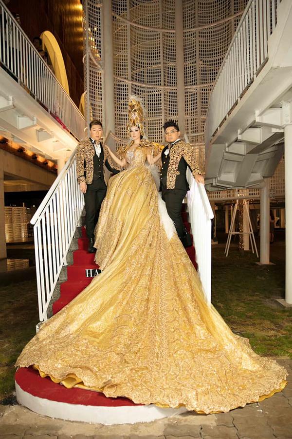 Giáng My chụp ảnh cùng hai nhà thiết kế đã giúp chị giải thưởng nữ hoàng đêm tiệc trong show diễn của Thu Minh.