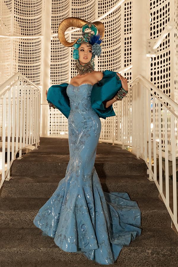 Vũ Ngọc Anh xuất hiện trong bộ trang phục được lấy cảm hứng từ hình ảnh của công chúa bộ lạc của nhà thiết kế người Singapore - Frederick Lee.