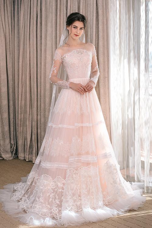 1. Váy cưới hồng pastel đính renCác mẫu đầm thể hiện tư duy mới trong thời trang cưới, không nhất thiết phải màu trắng tinh, váy phồng xòe nhiều lớp mới được coi là váy cưới. Chất liệu vải kiến tạo nên bộ đầm được tuyển chọn từ các nhà nghề dệt truyền thống Nhật Bản, Việt Nam.