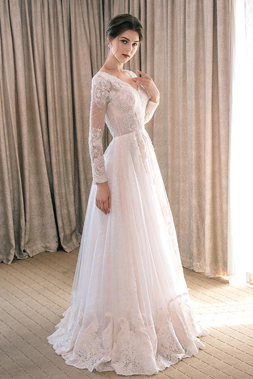 Thời trang cưới 2019 đề cao tính ứng dụng với phom dáng váy gọn gàng, giúp cô dâu dễ cử động, thoải mái tận hưởng niềm vui trong ngày trọng đại của cuộc đời mình.Việc tạo dựng váy cưới với nhiều lớp lang từ các chất liệu vải khác nhau tạo nên độ thướt tha, bồng bềnh.