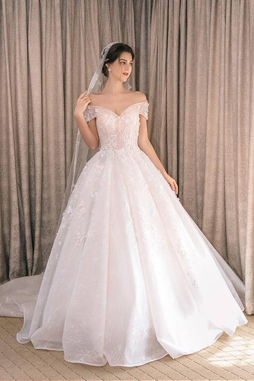 Váy thường được diện với tùng có gọng trong suốt để tạo độ phồng, kết hợp lúp cưới dài.