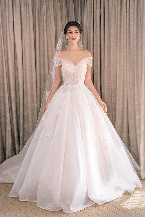 3. Váy bồng xòe trễ vaiCông thức váy trễ vai, dáng xòe bồng vẫn là tường thành trong thời trang cưới hiện đại, giúp nàng dâu hiện thực hóa ước mơ trở thành công chúa cổ tích.