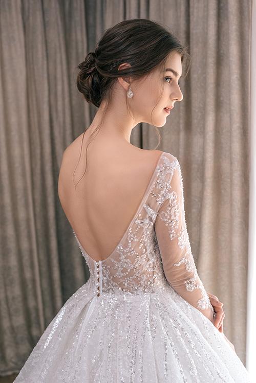 Mặt sau lưng váy giống một tác phẩm nghệ thuật, giúp níu giữ ánh nhìn của tân lang, các vị khách tại tiệc cưới.