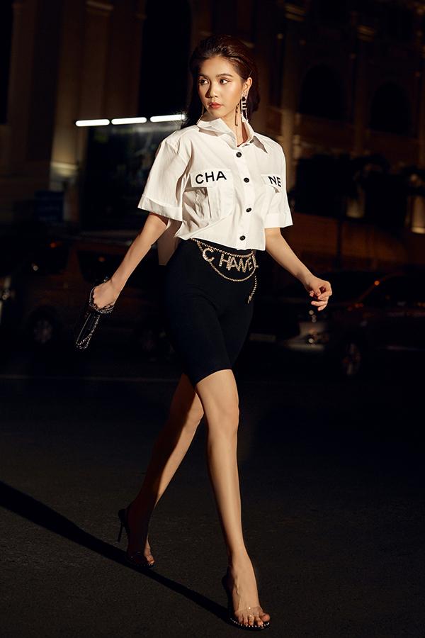 Ở mùa này, Ngọc Trinh gần như nghiện mốt biker short. Cô liên tục chọn chúng để phối hợp với các mẫu trang phục đa phong cách. Trong set đồ này, người đẹp chọn sơ mi và dây thắt lưng Chanel để tạo điểm nhấn.