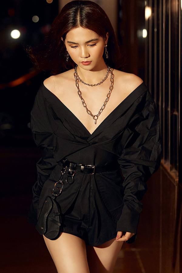 Thời gian đây, nữ hoàng nội y liên tục thực hiện các bộ ảnh thời trang street style để khoe loạt hàng hiệu mới. Nhưng người đẹp cũng khéo léo tìm nhiều idea để tạo nên sự mới mẻ.
