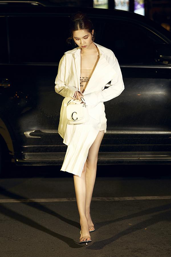 Để thể hiện sự sang chảnh, Ngọc Trinh cũng không bỏ lỡ những xu hướng thời trang thịnh hành trên thế giới.