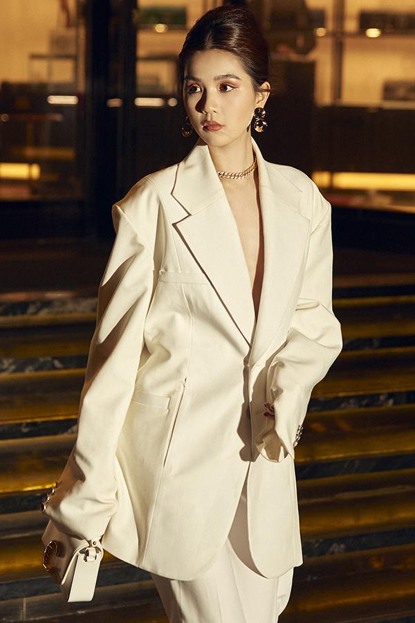 Các mốt áo over size, vest to bản, quần suông ống rộng cũng được cô và các cộng sự của mình thể nghiệm trong bộ ảnh mới.