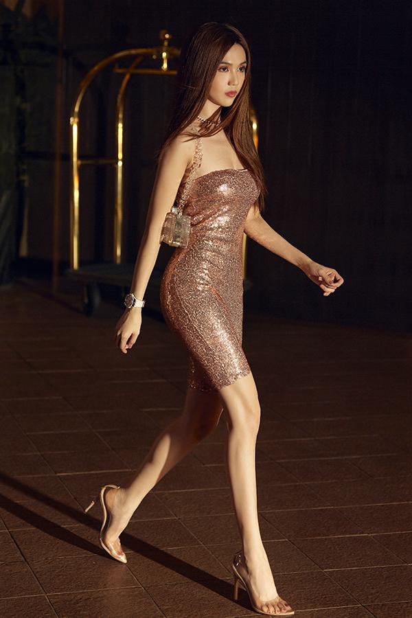 Váy ánh kim bó sát giúp người đẹp toả sáng dưới phố đêm. Phối hợp cùng mẫu váy đúng trào lưu sequins là các phụ kiện clutch, sandal trên chất liệu plastic.