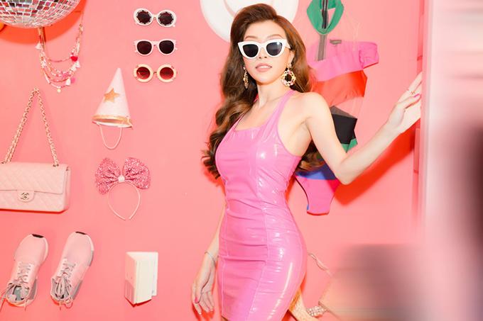 Không diện váy tạo khối to bản như các người đẹp Việt, nhưng Trang Pháp cũng gây ấn tượng không kém với tạo bình búp bế barbie.