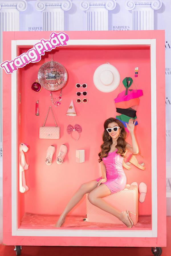 Nữ ca sĩ hoá thân thành cô búp bê gợi cảm, xinh xắn và xuất hiện trong chiếc tủ chứa đầy đồ hiệu.