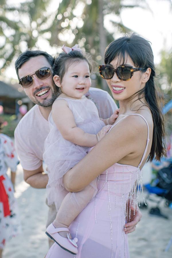 Hôm qua (22/6), vợ chồng Hà Anh đã tổ chức tiệc sinh nhật tại một resort ởĐà Nẵng để mừng con gái Myla tròn 1 tuổi. Party diễn ra trên chính bãi biển cặp đôi từng làm đám cưới cách đây ba năm.