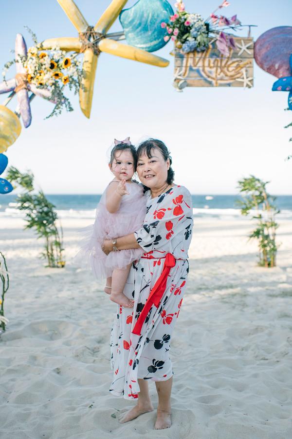 Myla trong vòng tay của bà ngoại, nhà báo/dịch giả Lệ Hà.