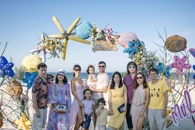 Đại gia đình của Hà Anh cũng bay từ Hà Nội vào Đà Nẵng để mừng sinh nhật bé Myla. Cả nhà cùng nhau tận hưởng bữa tiệc và tranh thủ nghỉ dưỡng dịp cuối tuần.