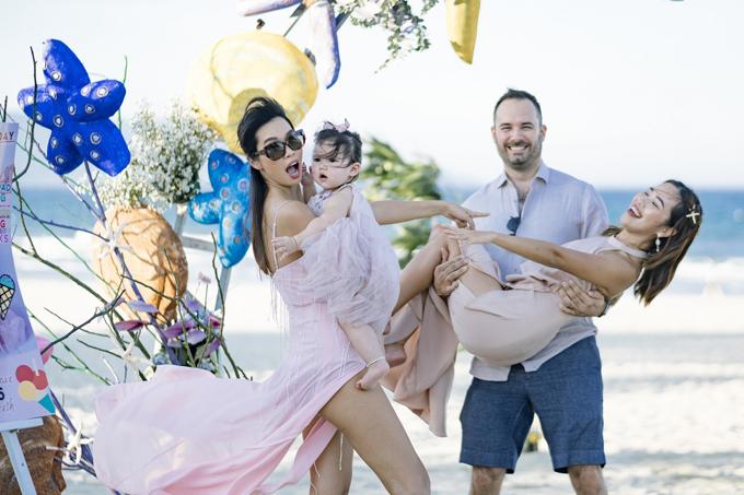 Em gái Hà Anh (ngoài cùng bên phải) được bạn trai bế bổng khi chụp ảnh cùng chị gái và cháu gái Myla.