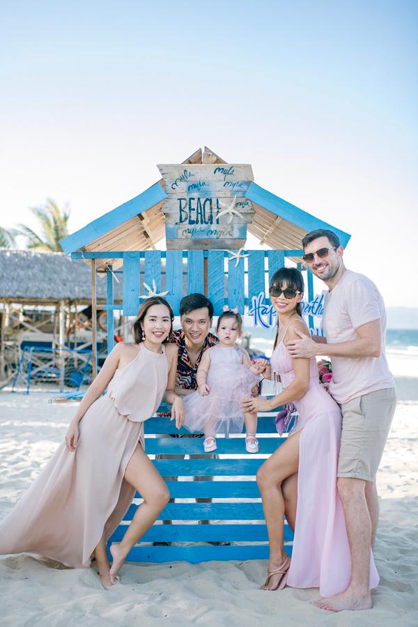 Bữa tiệc được trang trí với chủ đề Little Mermaid - Nàng Tiên Cá, bộ phim yêu thích của siêu mẫu Hà Anh. Toàn bộ khu vực chụp hình trên bãi biển được thiết kế với hình những chú sao biển, sò, ốc... mang màu sắc đại dương.