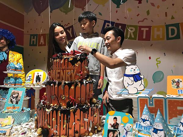 Cường Đôla - Hà Hồ trong sinh nhật con trai.