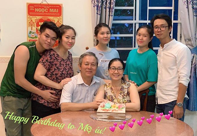Lê Phương bế bụng bầu cùng chồng trẻ Trung Kiênvề mừng sinh nhật mẹ.