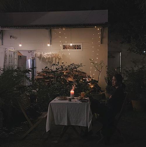 Tăng Thanh Hà suy tư khi nghỉ ngơi tại một homestay lãng mạn ở Đà Lạt. Chưa bao giờ ngừng yêu nơi này! Bình yên đến lạ, bà mẹ hai con tâm sự.