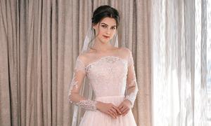 Váy cưới đính ren giúp cô dâu 'kể' chuyện tình yêu