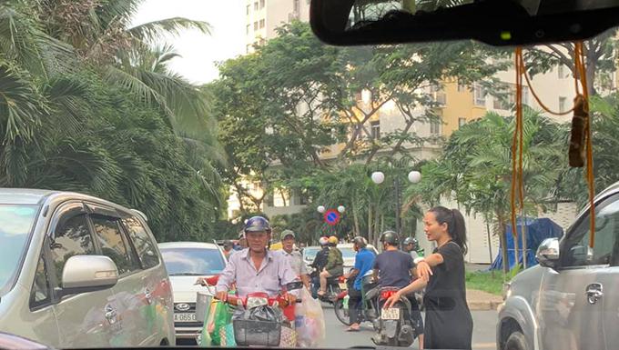 Thanh Thảo xuống đường giải quyết ùn tắc giao thông.