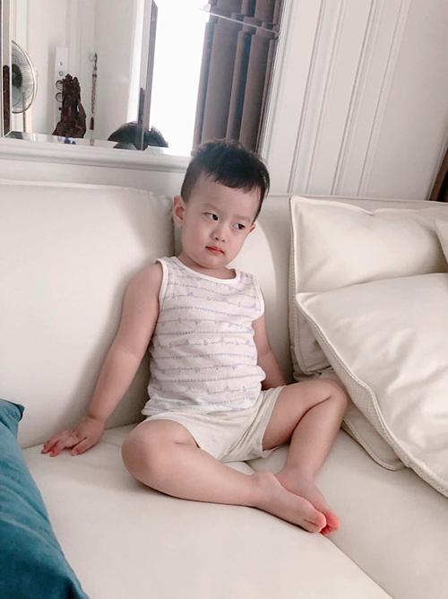 Diễn viên Việt Anh nhắn nhủ con trai Đậu Đậu: Bố đi vắng là cậu cả dỗi hờn, lăn ra ốm.Mấy hôm nữa xong việc bố về thăm em nhé. Hơi mộttí là lườm, đàn ông là khônglườm, nhìn thẳng vào mặt luôn nhé con trai.