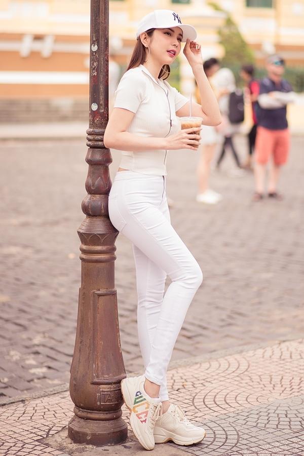 Hoa hậu Du lịch Thế giới 2018 - Huỳnh Vy là khách mời của chương trình Du ký cùng hoa hậu phát sóng cuối tuần qua. Người đẹp xuất hiện trong bộ trang phục thể thao khỏe khoắn, năng động