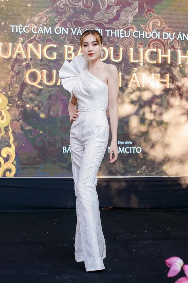 Cuối tuần qua, diễn viên Lan Ngọc là khách mời buổi họp báo ra mắt chuỗi dự án Quảng bá du lịch Huế qua điện ảnh. Người đẹp chọn trang phục hở vai, dựng khối họa tiết tạo điểm nhấn cho ngoại hình.