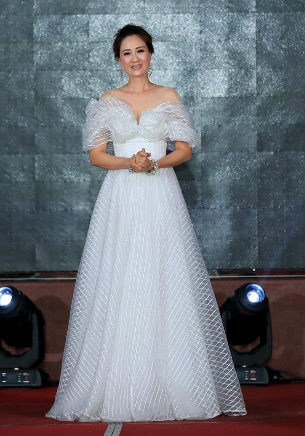 Đàm Lưu Ly có mặt tại đảo Johor Bahru của Malaysia vào cuối tuần trước. Cô diện váy trắng trễ vai, tự tin với vóc dáng thon thả ở tuổi 46.