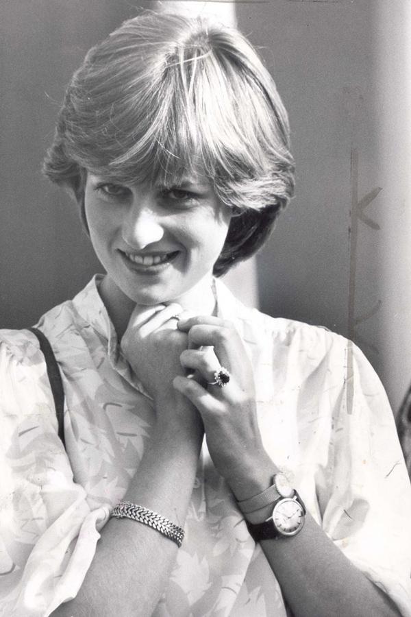 Diana thi thoảng đeo hai chiếc đồng hồ cùng lúcThời điểm mới đính hôn với Thái tử Charles, Công nương xứ Wales từng được chụp lại khoảnh khắc đeo hai chiếc đồng hồ trên một tay khi tới xem chồng tương lai chơi polo. Lý do đằng sau điều này rất ngọt ngào: một chiếc đồng hồ thuộc về Diana, chiếc còn lại là của Thái tử Charles. Bà đeo nó như một dấu hiệu của tình yêu và chúc nửa kia may mắn.