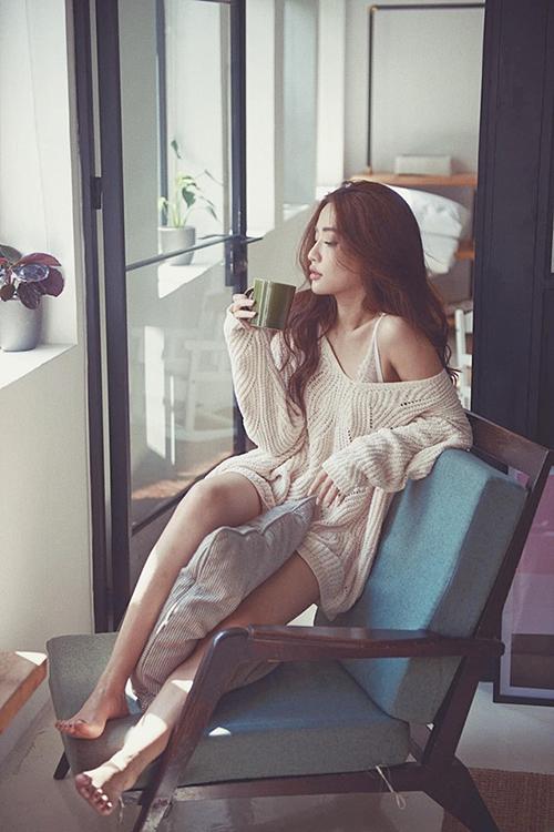 Giọng ca Bùa yêu hài lòng với cơ thể mình. Những năm gần đây, nữ ca sĩ gây thương nhớ bởi phong cách sexy, gợi cảm nhờ đôi chân thẳng dài nuột nà.