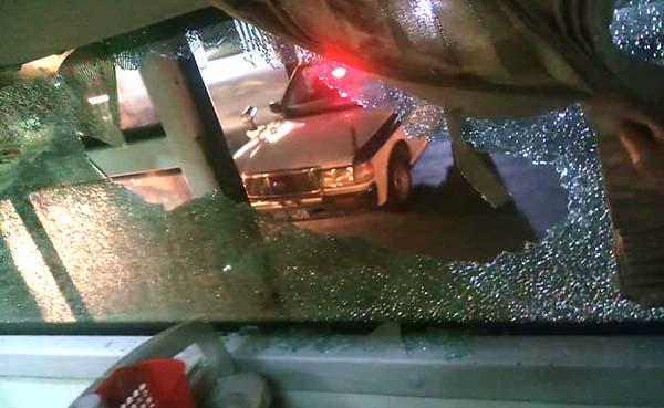 Kính xe khách vỡ vụn sau vụ đập phá.