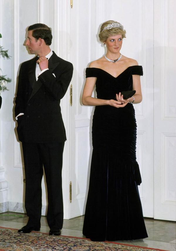 Diana không bao giờ mang giày quá caoThực tế, Diana và Thái tử Charles có chiều cao tương đương nhau, khoảng 1,78 m. Bởi vậy, bà luôn chọn giày đế thấp nhằm tránh trông cao hơn chồng.
