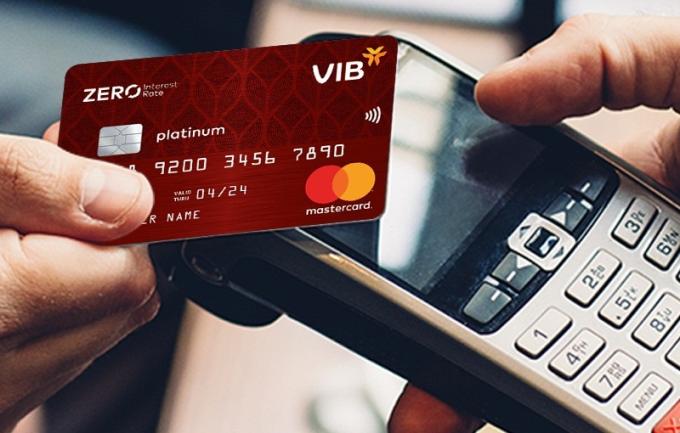 Chủ thẻ tín dụng cần lưu ý hạn mức, lãi suất, thời hạn miễn lãi, ưu đãi đi kèm... khi dùng thẻ chi tiêu hè.