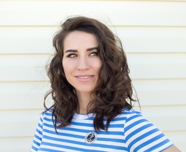 Ngày thứ hai Như bình thường, tóc của Polina có dấu hiệu bết dính vào ngày hôm sau. Cô học theo cách của chuyên gia tạo mẫu tóc là đổi ngôi để che đi phần tóc bết.