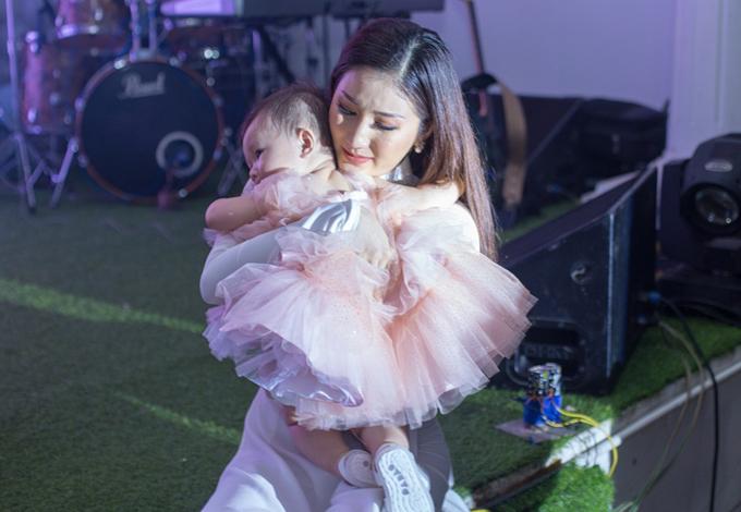 Bảo Như rất yêu thương con nhưng ý thức phải dạy bé tự lập, mạnh mẽ từ nhỏ để đương đầu với mọi khó khăn, sóng gió có thể xảy đến.