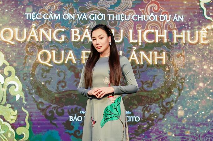 Ca sĩ Hồ Quỳnh Hương chọn áo dài thêu họa tiết hoa sen đậm chất Huế.