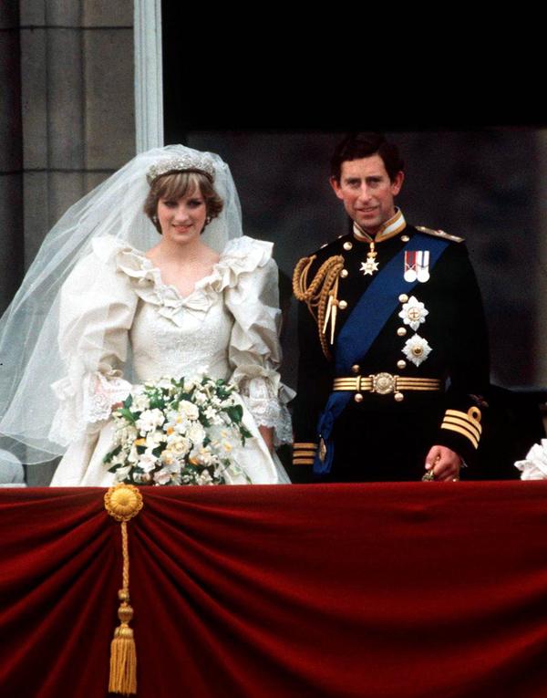 Diana đính bùa may lên váy cướiĐể thêm phần may mắn trong ngày trọng đại, Công nương xứ Wales đã nhờ nhà thiết kế khâu vào mác váy cưới một chiếc huy hiệu nhỏ hình móng ngựa bằng vàng.
