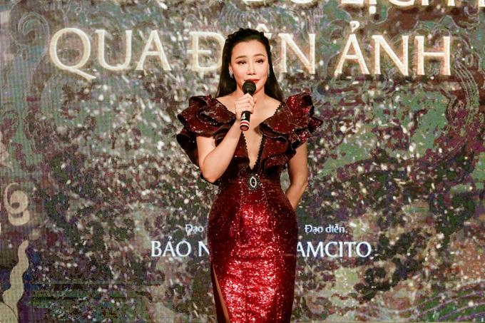 Nữ ca sĩ thay đổi trang phục khác khi biểu diễn trong chương trình.