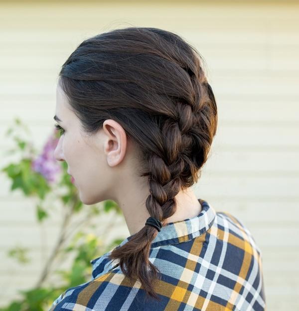 Ngày thứ tư Tóc của Polina thực sự bẩn vào ngày thứ tư. Cô quyết định dùng một chút dầu gội khô để hút bớt dầu thừa trên da đầu và tết toàn bộ đuôi tóc. Mẹo của Polina là tạo múi tết lớn để tăng độ phồng, tạo cảm giác tóc không bết dính.