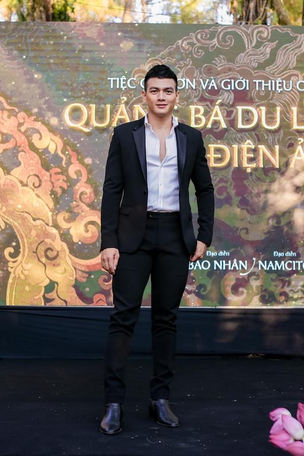 Người mẫu - diễn viên Lê Xuân Tiền diện vest lịch lãm. Anh vừa tham gia chương trình Cuộc đua kỳ thú cùng Hoa hậu Đỗ Mỹ Linh.